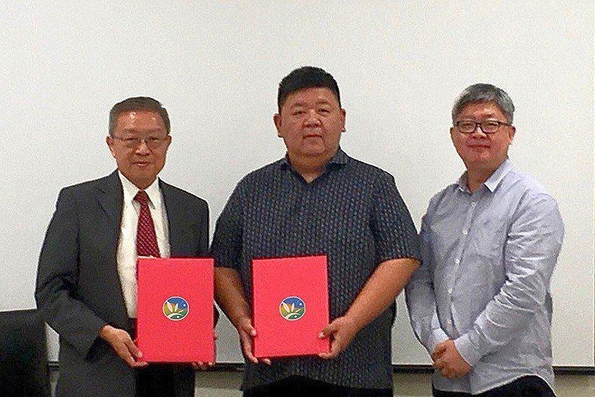 農科院院長陳建斌(左)、集盛公司總經理蘇志舜(中)、與蘇志中。 農科院/提供
