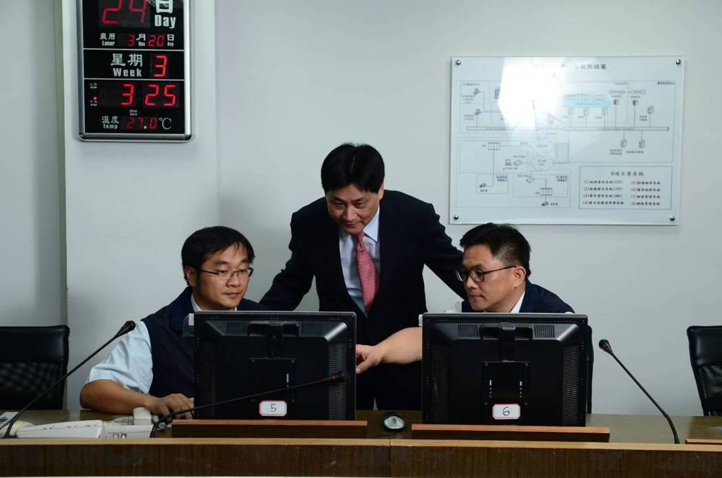 新北市政府警察局局長陳檡文(中)與執行案件分析研討。 新北市政府警察局/提供