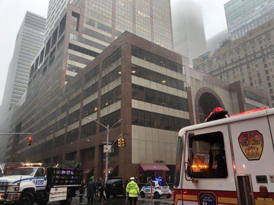 聯邦航空總署表示,迫降曼哈頓市中心一棟高樓頂樓喪命的直升機飛行員麥考馬,沒有取得...