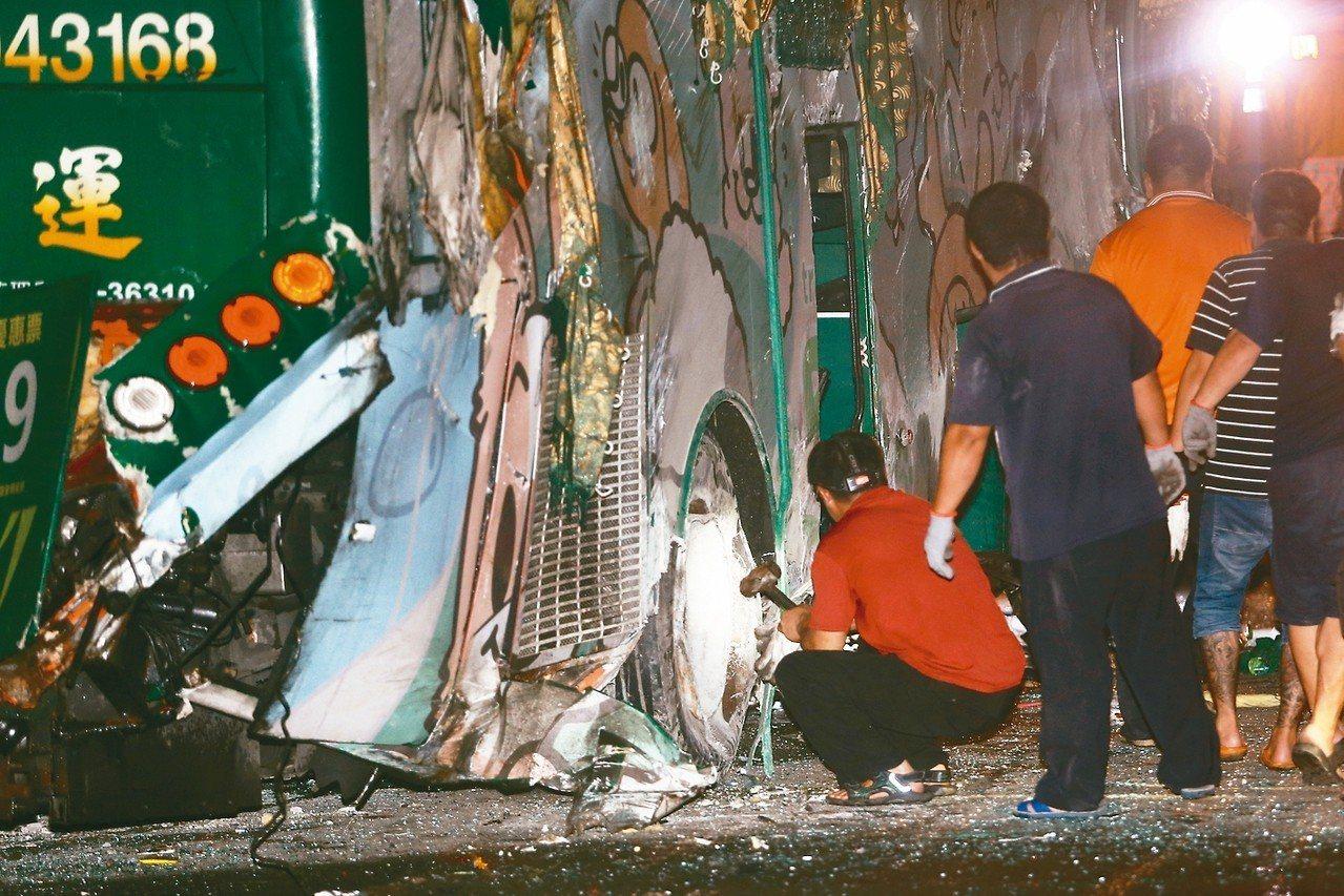 阿羅哈遊覽車衝下邊坡直墜秀水鄉平面道路車禍,造成3名乘客死亡,警消檢視車輛損壞情...