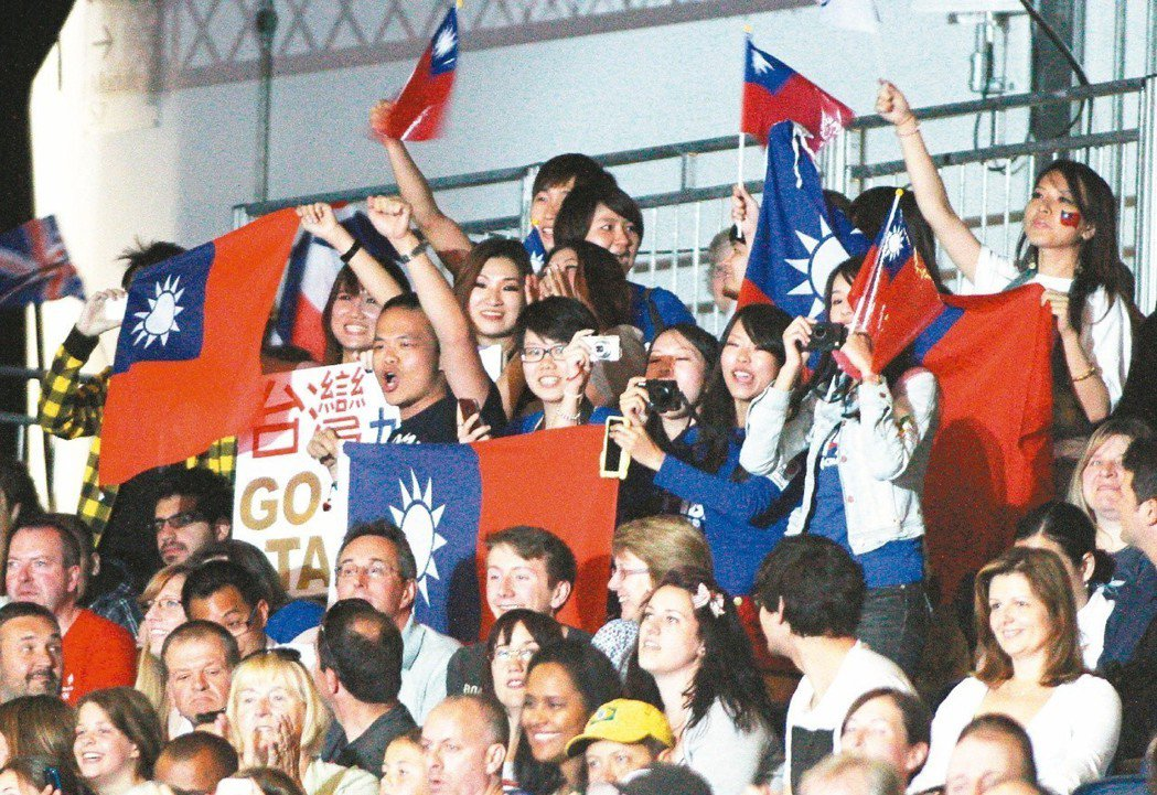 2012倫敦奧運跆拳道賽,倫敦留學生及僑胞揮舞著國旗為中華跆拳道隊加油。 聯合報...