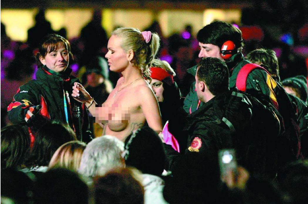 2006杜林冬奧閉幕典禮前,一名女子裸奔,被安全人員請走。 歐新社