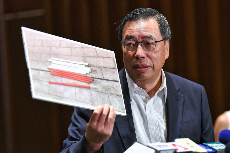 圖為梁君彥展示立法會人員於衝突後撿獲的鐵枝等攻擊性物品。 香港中通社