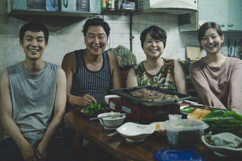 南韓電影「寄生上流」奪得今年坎城影展金棕櫚獎,5日法國上映以來,在同期新片中的票房僅次於美國好萊塢片「X戰警:黑鳳凰」,媒體及觀眾都給予相當高的評價。南韓導演奉俊昊作品「寄生上流」在坎城影展期間獲得...