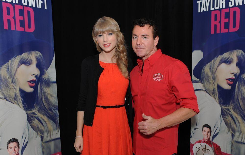 泰勒斯曾於2012年跟連鎖披薩業者棒約翰合作,圖為她跟棒約翰創辦人約翰.施納特的...