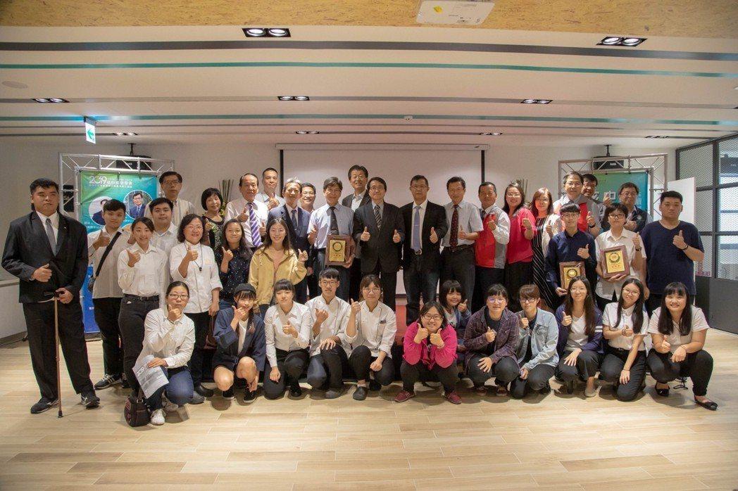 嘉藥2019核心產品發表會得獎師生與校長陳鴻助合影。 嘉藥/提供