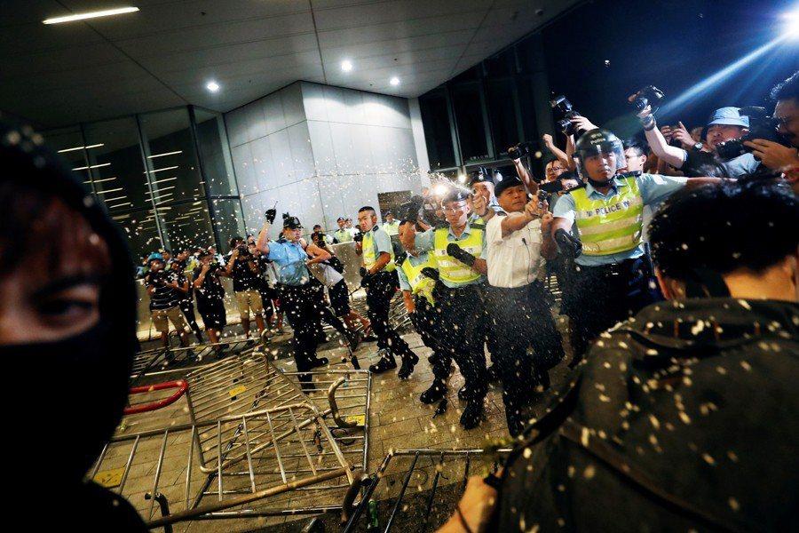 6月10日凌晨,香港警方使用胡椒噴霧驅趕遊行群眾。 圖/路透社