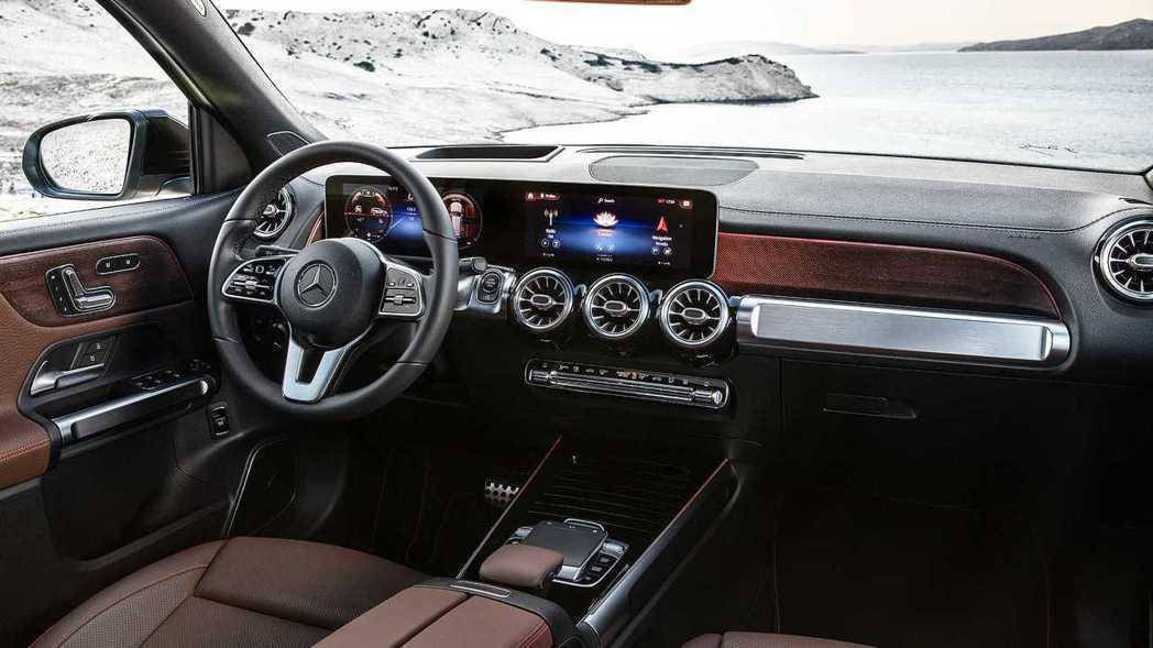 Mercedes-Benz GLB內裝依然是現行版新車中熟悉的賓士風格。 摘自M...
