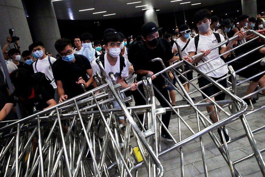 示威者搬完一次又一次鐵馬,退了一次又一次,還是堅守到底,我們還能懷疑他們什麼嗎?  圖/路透社