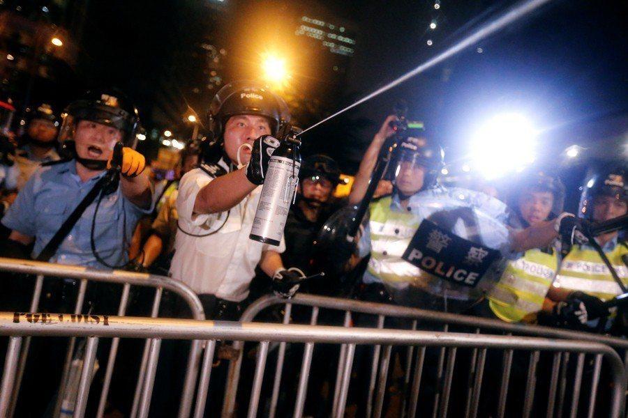 警方直接對民眾噴射胡椒噴霧企圖驅離示威者。 圖/路透社