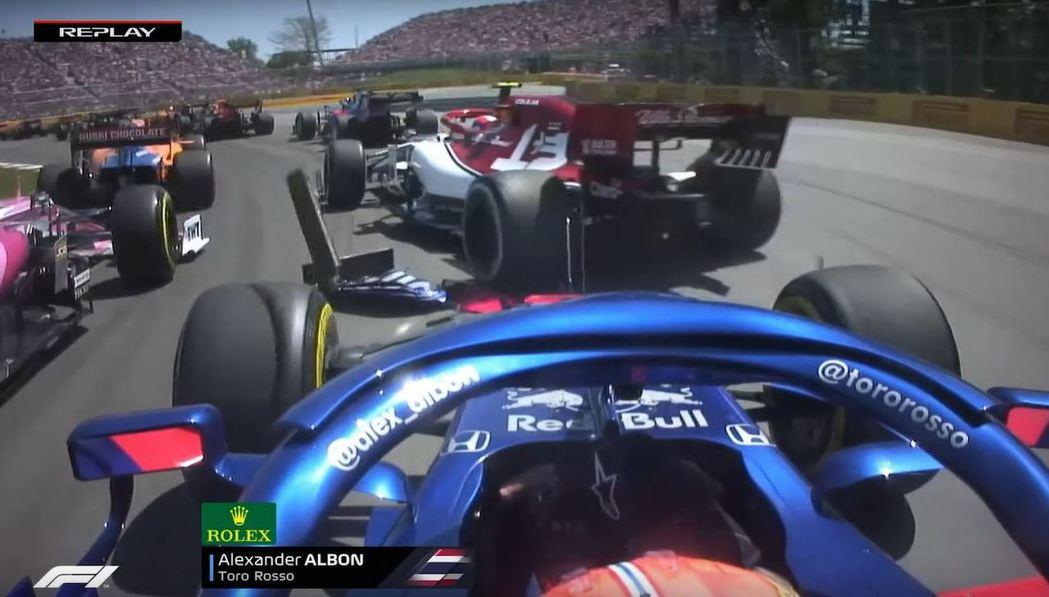 Alexander Albon第一圈就被撞斷前鼻翼。 摘自F1