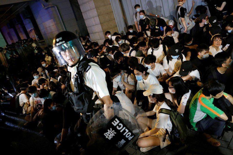 警方今次明顯有策略性地高速增設人手和行動,已制定好一系列應對示威者行動的策略,比以往更有效且肆無忌憚的清場。 圖/路透社
