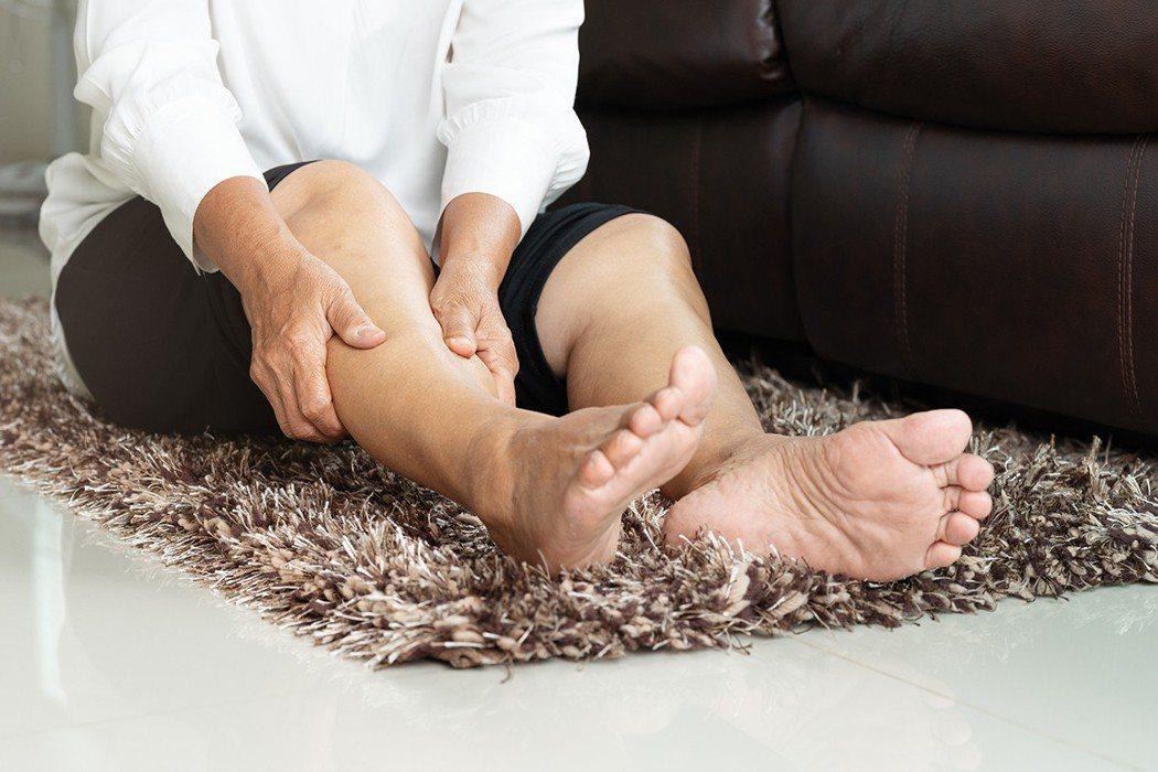 睡覺腳抽筋,大部份可能只是缺乏某些營養素,偶發的狀況,但若持續就該就醫檢查。 圖...