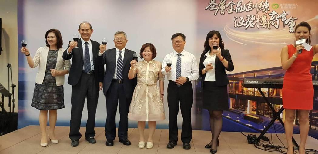 欣台保經董事長蘇晉川(左三)與領導團隊對績優同仁表達感謝之意。 欣台保經/提供