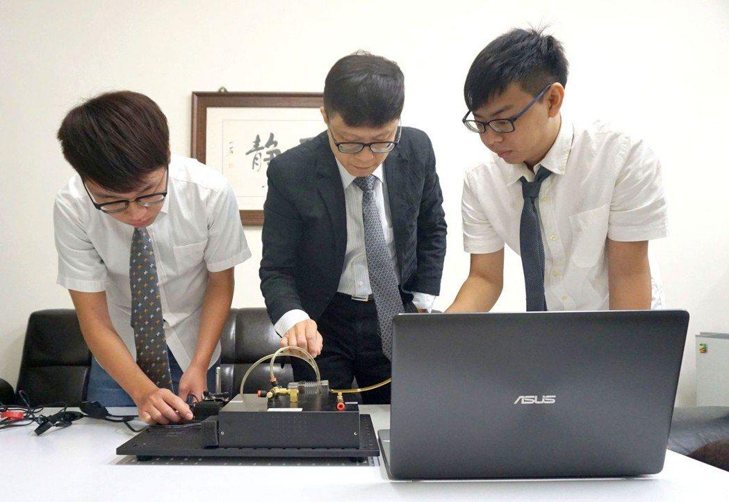 邱裕中教授 (中)與團隊成員開發出可攜式光學式氣體感測器,可用於偵測PM2.5與...