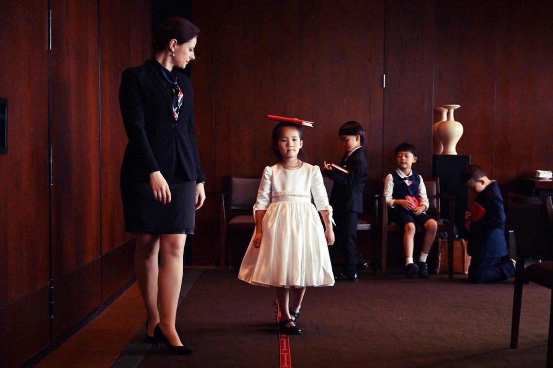 照片中的小朋友們,參加的正是由法國「禮儀大師」陸紀堯(Guillaume Rué...