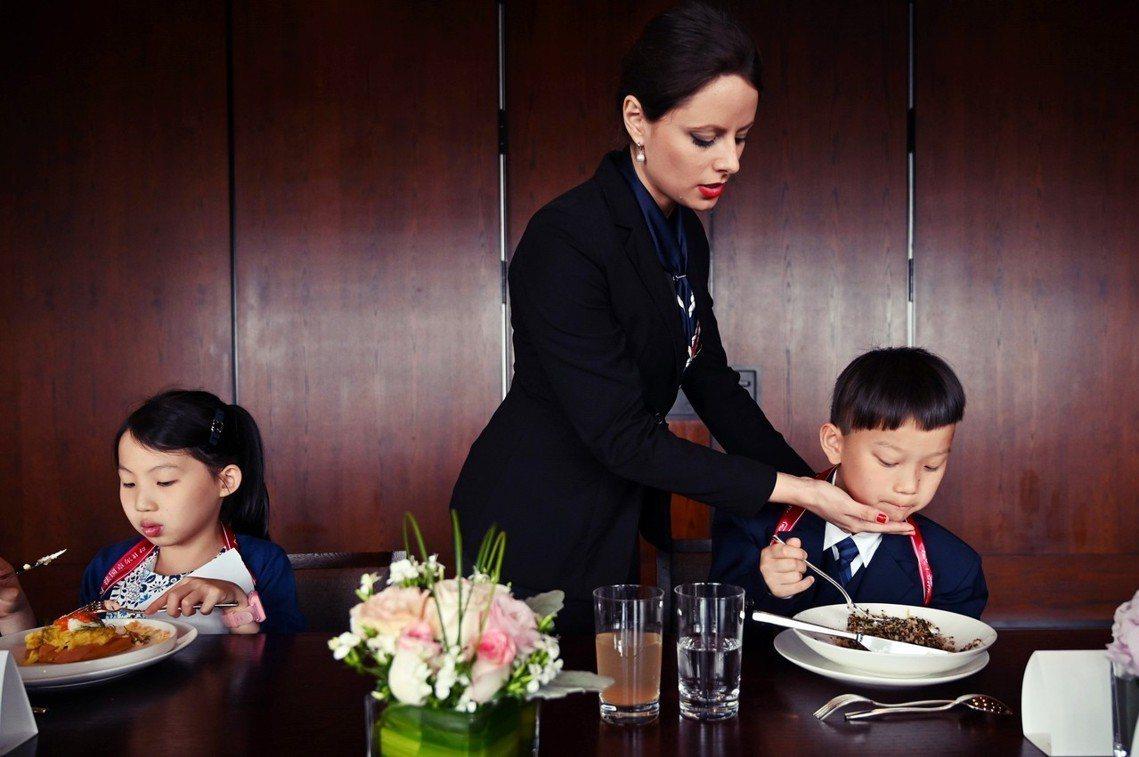 「但中國不一樣...在中國,『學習禮儀』是個潛力無窮的市場!」 圖/法新社