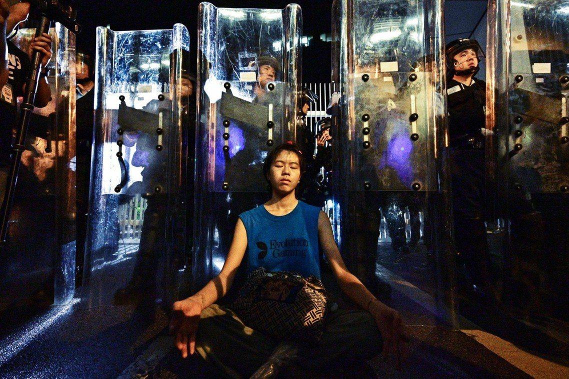 由於盛傳港警會先發制人、封鎖金鐘出入,因此11日晚間,數千香港民眾就已「散步」為...
