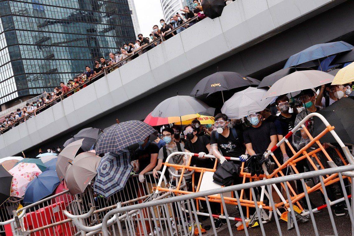 截至12日11點30分為止,香港立法會周邊已被反送中示威團團包圍;迫於現況,立法...
