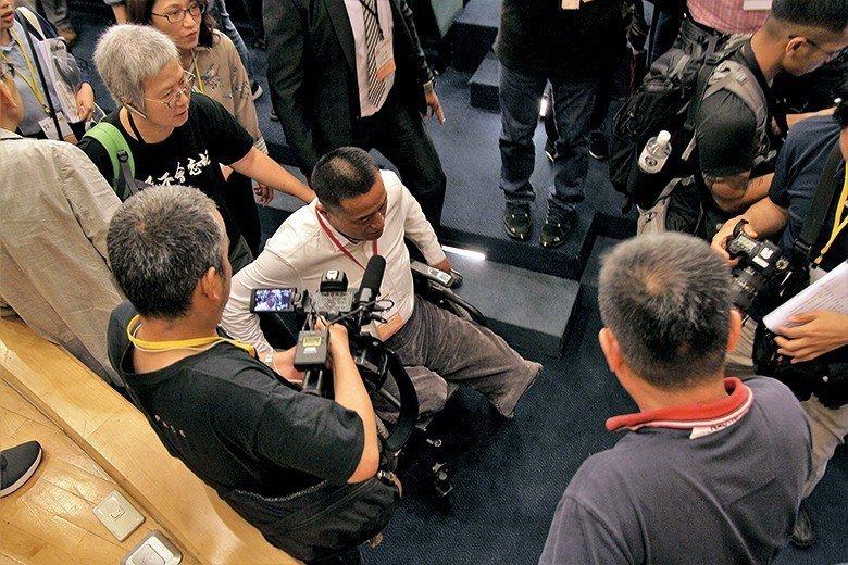 ▲六四屠殺見證人、中國民主教育基金會主席方政,六四期間因為被坦克輾壓失去雙腿。 ...