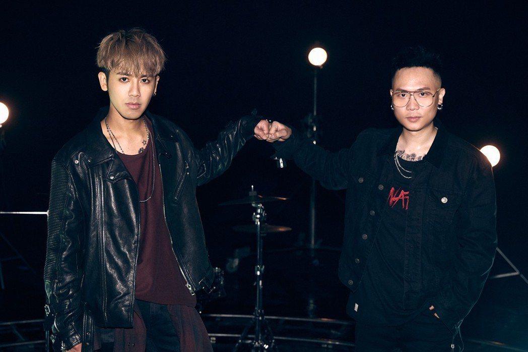 鼓鼓(左)跟蕭秉治合唱新歌「K.O.」。圖/相信提供