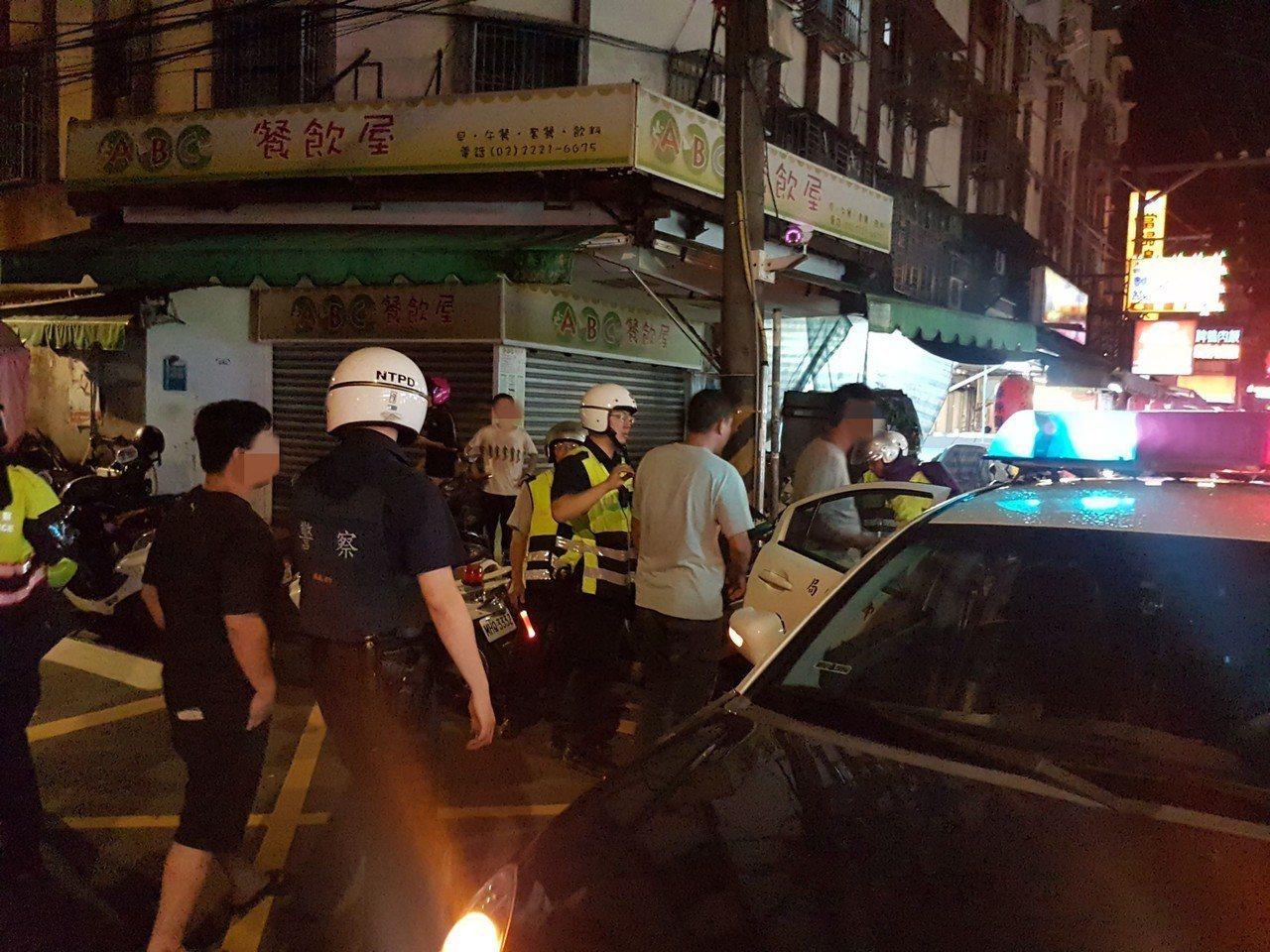 警方獲報抵達現場後,帶走鬧事數人。記者柯毓庭/翻攝