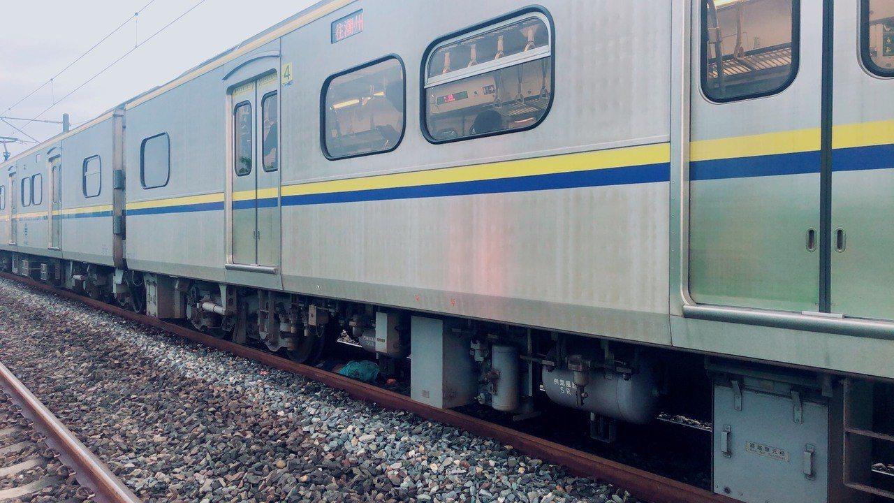 南下台鐵電聯車南下柳營段撞上男子列車現場等待檢修。記者謝進盛/翻攝