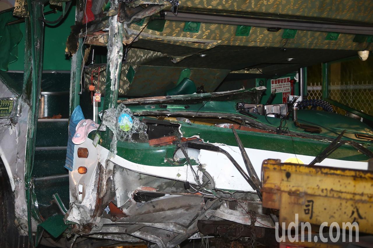 阿羅哈遊覽車衝下邊坡直墜秀水鄉平面道路車禍,車上玻璃全碎。記者黃仲裕/攝影
