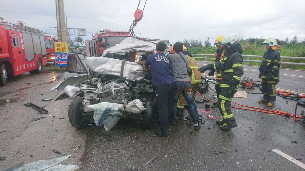台東中華大橋北端今天清晨6點多,發生一起廂型車與油罐車對撞車禍,警消人員將受困廂...