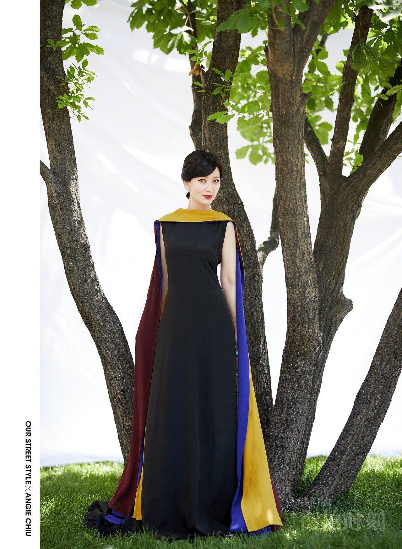 趙雅芝身穿黑色連身洋裝,搭配Chaumet的Hortensia系列耳環與戒指。圖...