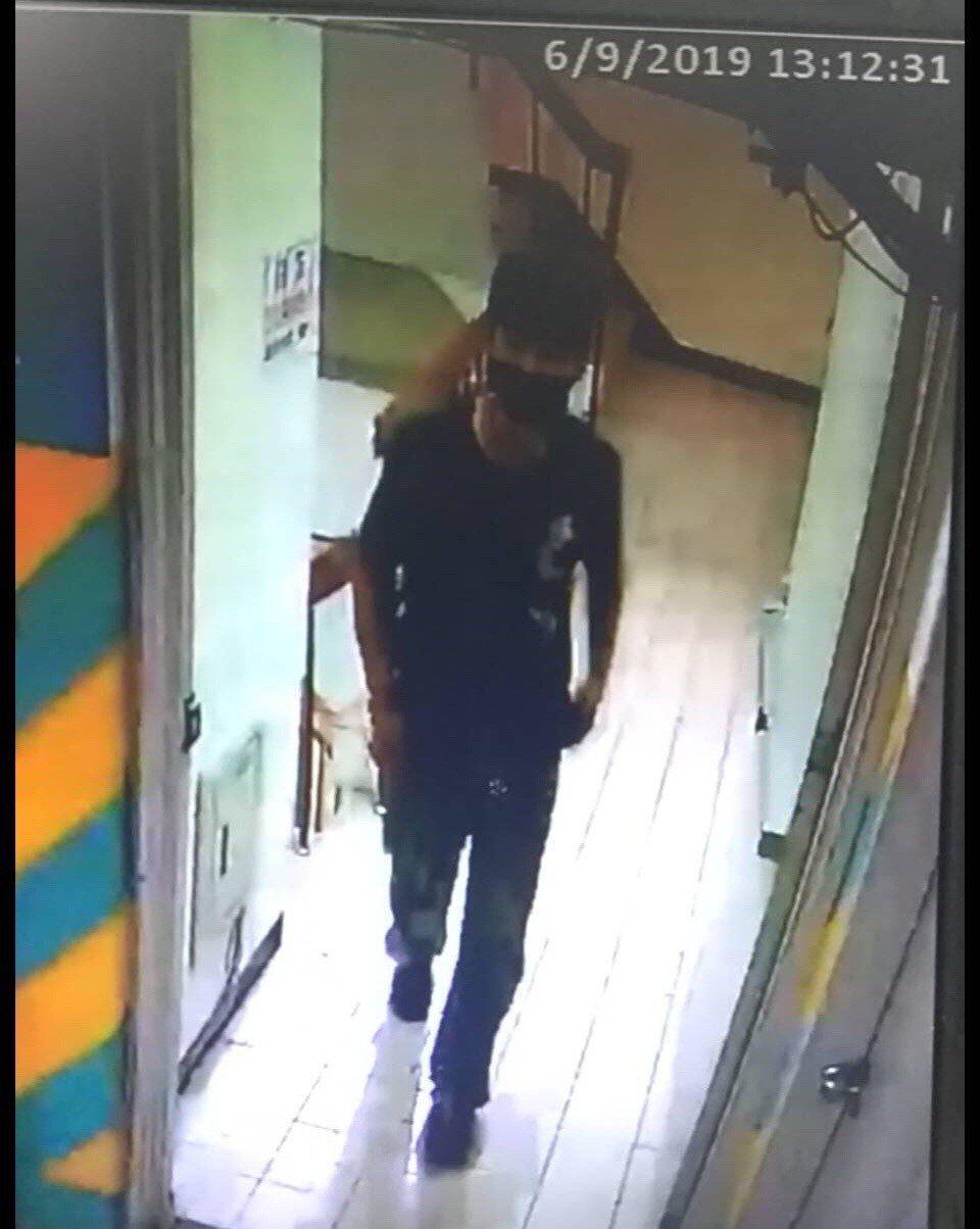 三峽男變裝潛入賣場地下停車場,持刀搶劫婦人。記者巫鴻瑋/翻攝
