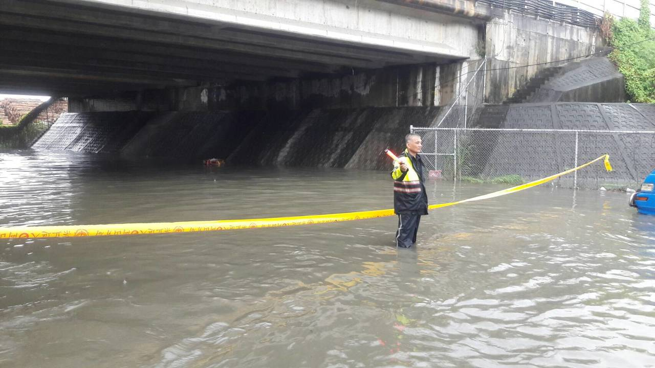 台19線岡山往嘉興、阿蓮匝道橋下淹大水,警方籲請駕駛提前改道。記者賴郁薇/翻攝