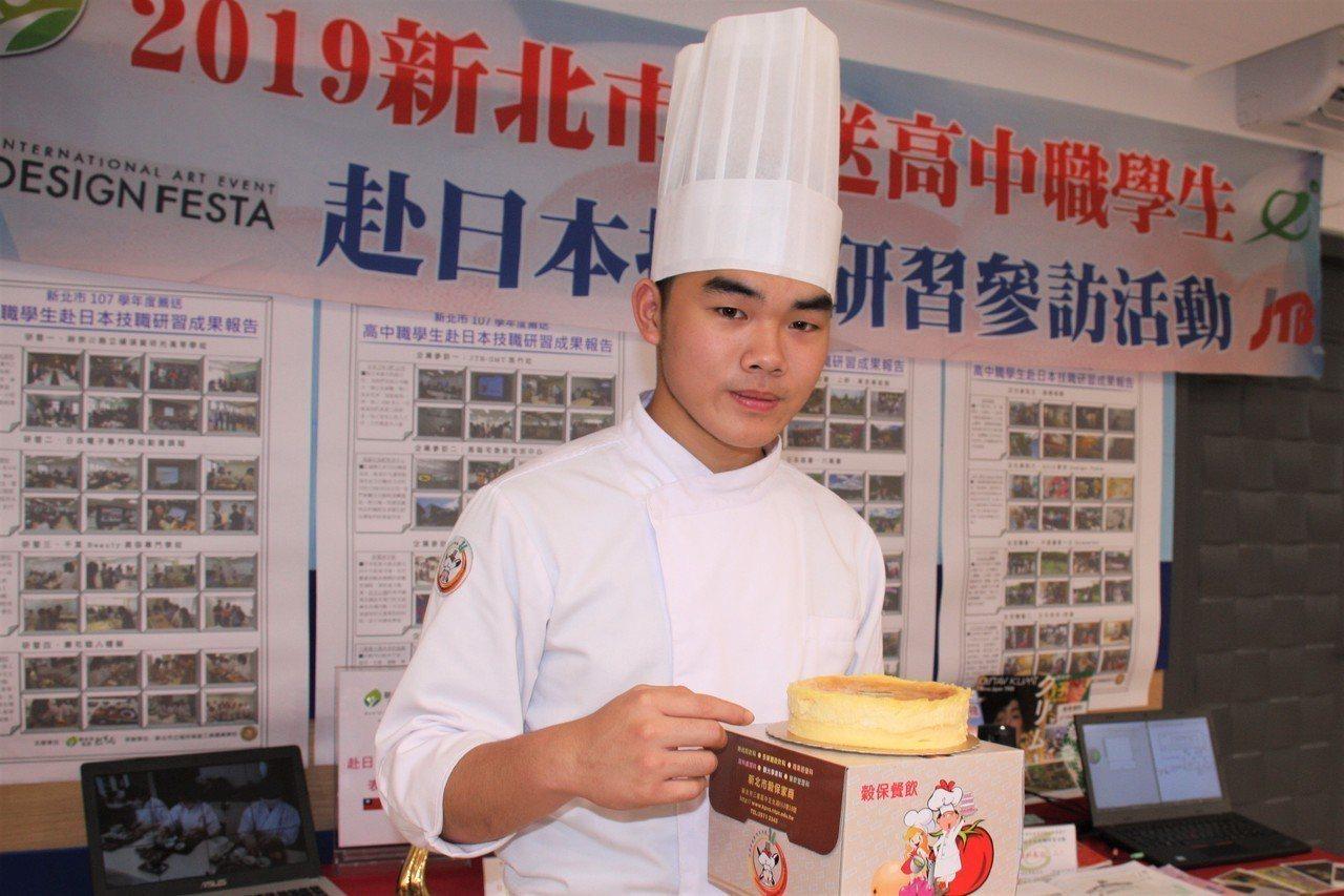 穀保家商蔡憲誌獲107學年度技藝競賽烘焙金手獎,他今天在成果展中製作起司蛋糕。圖...