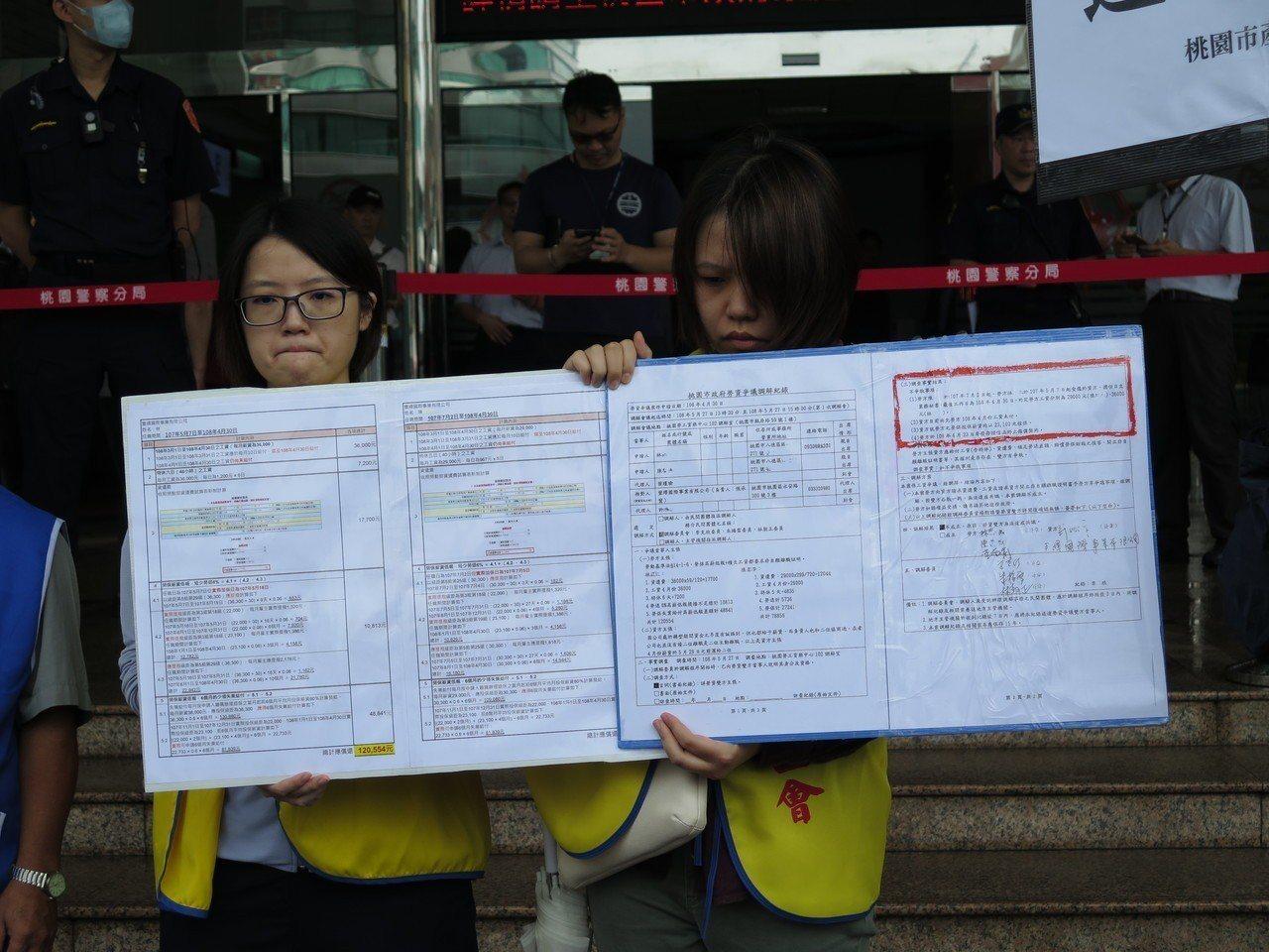 林姓與陳姓女員工今天出面說明積欠薪水經過,表示該公司從3月開始拖延發薪,三催四請...