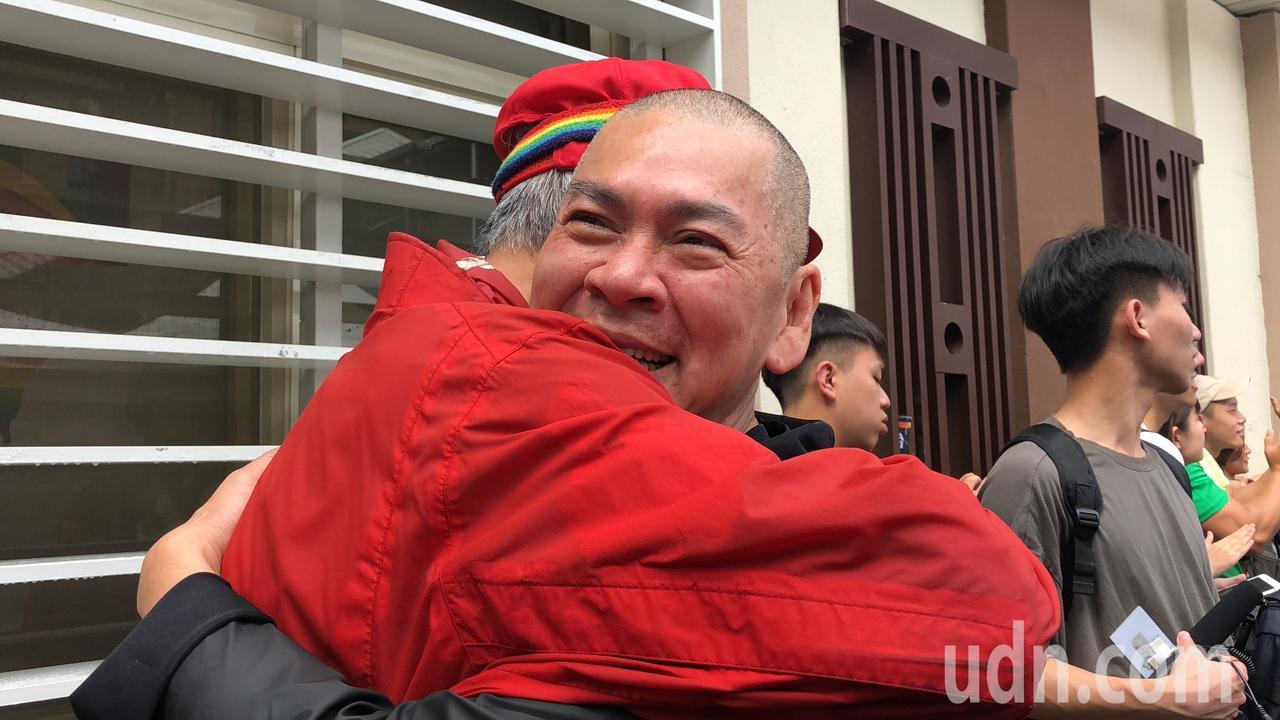 電影大導演蔡明亮(右)日前在倡議同婚場合中,特來擁抱他口中同樣做「一個人的事」的...