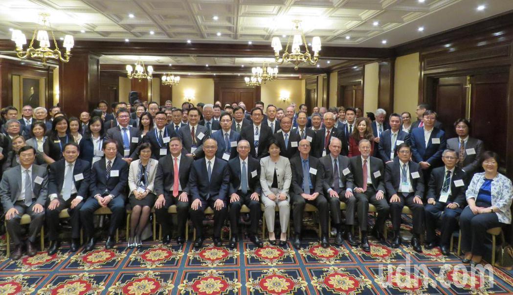 政務委員鄧振中(前排左六)率領台灣代表團赴美參與「選擇美國」投資高峰會。華盛頓記...