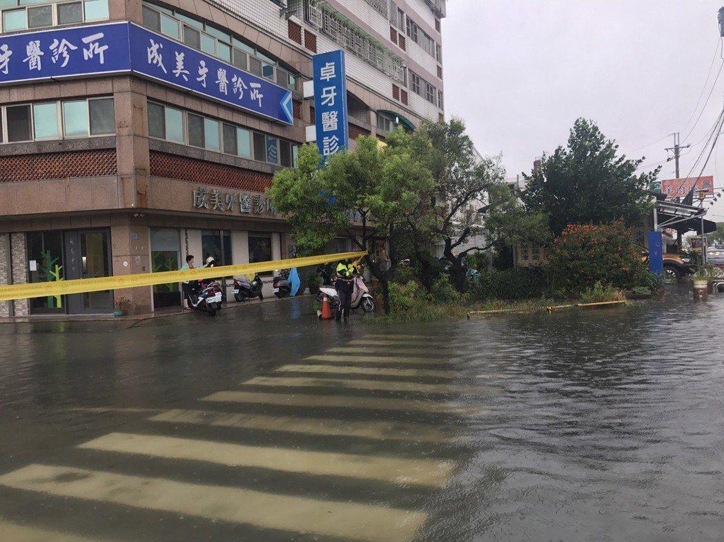 永康永大路與大灣一街口近午積水情形,警員到場疏導警戒。記者謝進盛 /翻攝