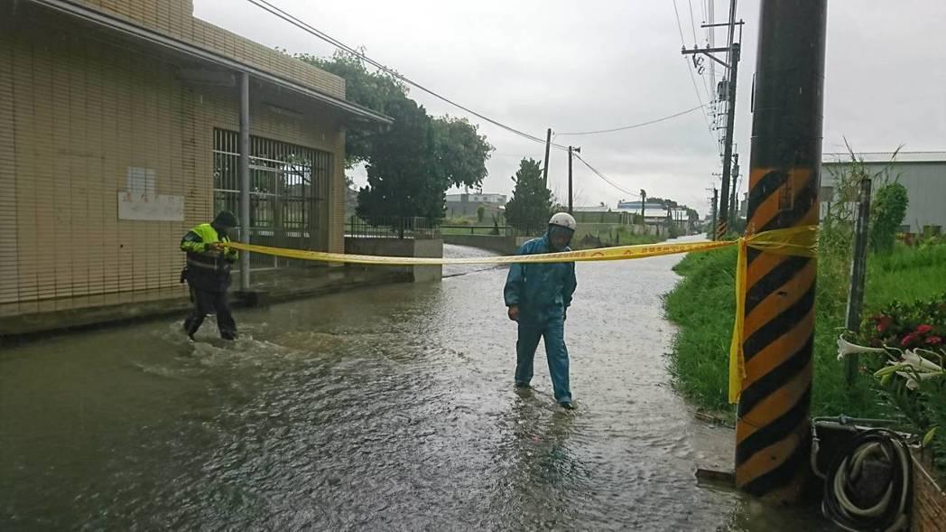 目前雨勢暫緩,永康警分局大橋所轄自強路113巷至139巷,水深約20公分,警員現...