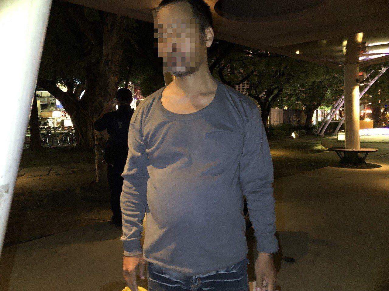 常窩在高雄市中央公園的劉姓男子涉偷他人放在機車上的鞋、襪被捕。記者林保光/翻攝