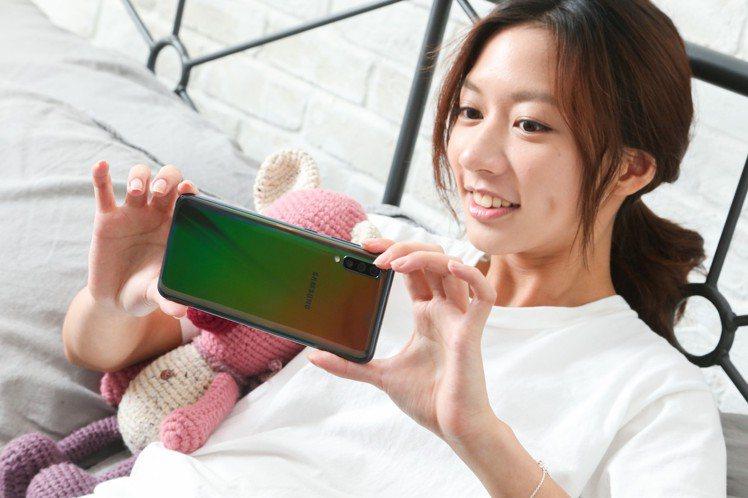 4500mAh超大電量搭配25W閃電快充,Galaxy A70讓陳妤滑再久也不怕...