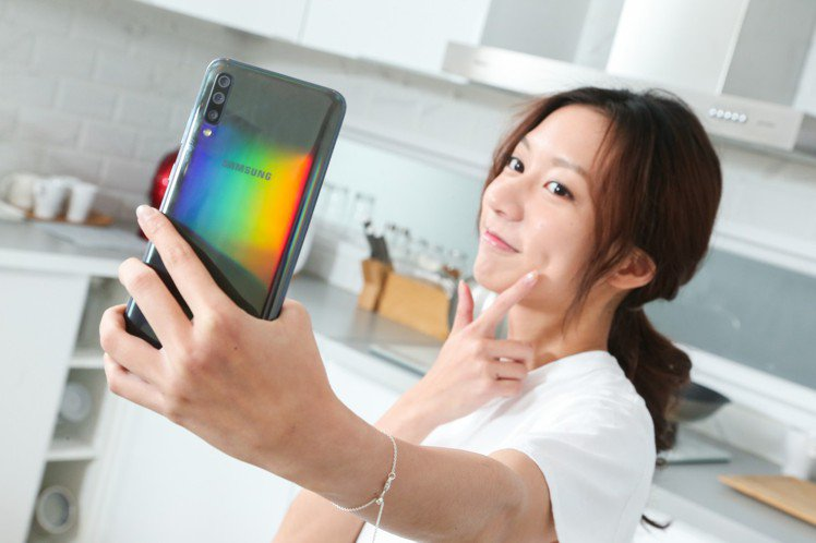 懂拍懂玩!三星Galaxy A70是陳妤的全方位隨身好幫手。記者陳立凱/攝影