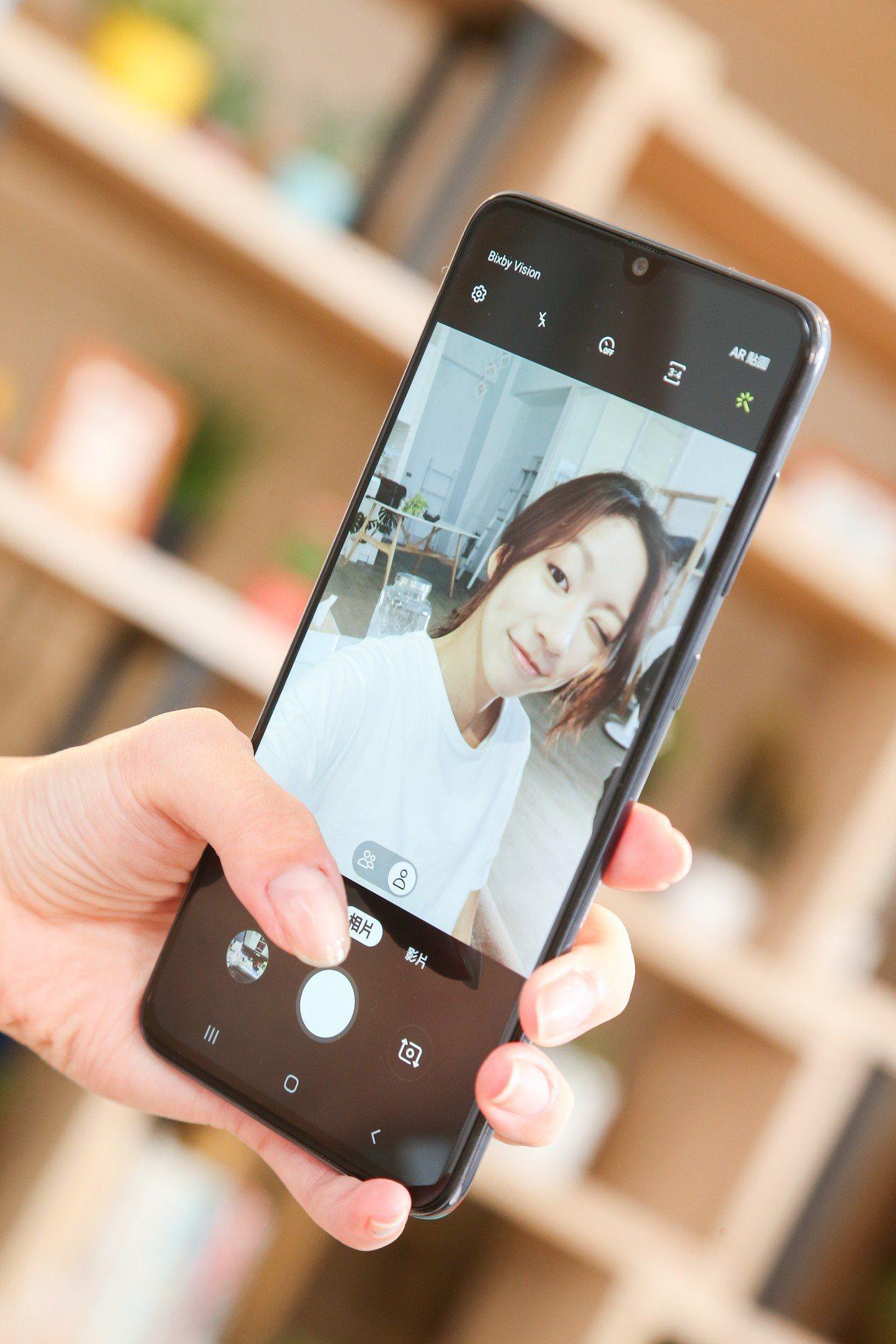 Galaxy A70具備3200萬畫素自拍美肌前鏡頭。記者陳立凱/攝影