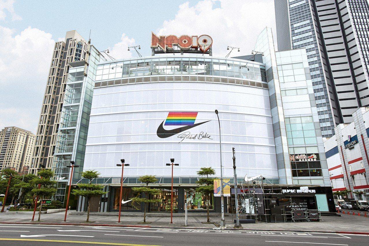 NIKE在NEO19 品牌體驗店打造巨幅NIKE BETRUE宣言。圖/NIKE...