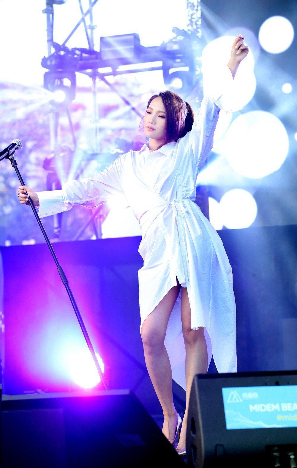 呂薔受邀在坎城MIDEM國際唱片展演出。圖/avex taiwan 提供