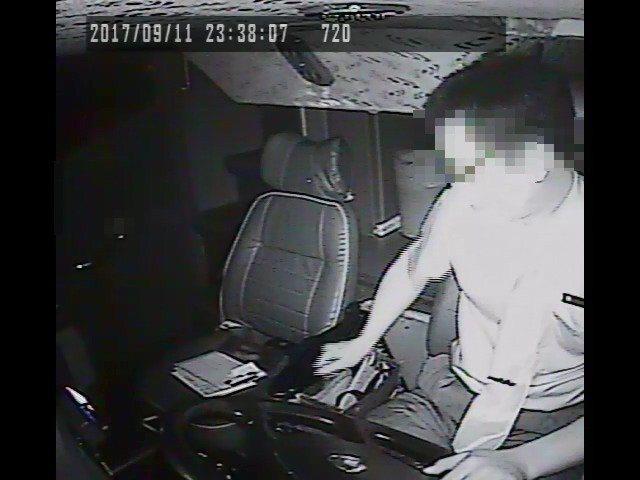 阿羅哈駕駛吳恊松前年9月涉嫌低頭翻找東西,為閃避追撞前車,猛打翻向盤害車輛失控。...