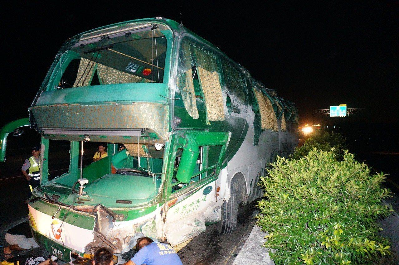 阿羅哈客運前年9月在國道一號北上岡山段發生6死11傷重大車禍。圖/聯合報資料照