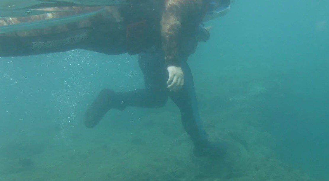 潛客在屏東小琉球花瓶岩附近海域浮潛拍攝海底生態時,意外拍攝到1名男浮潛遊客出手撥...