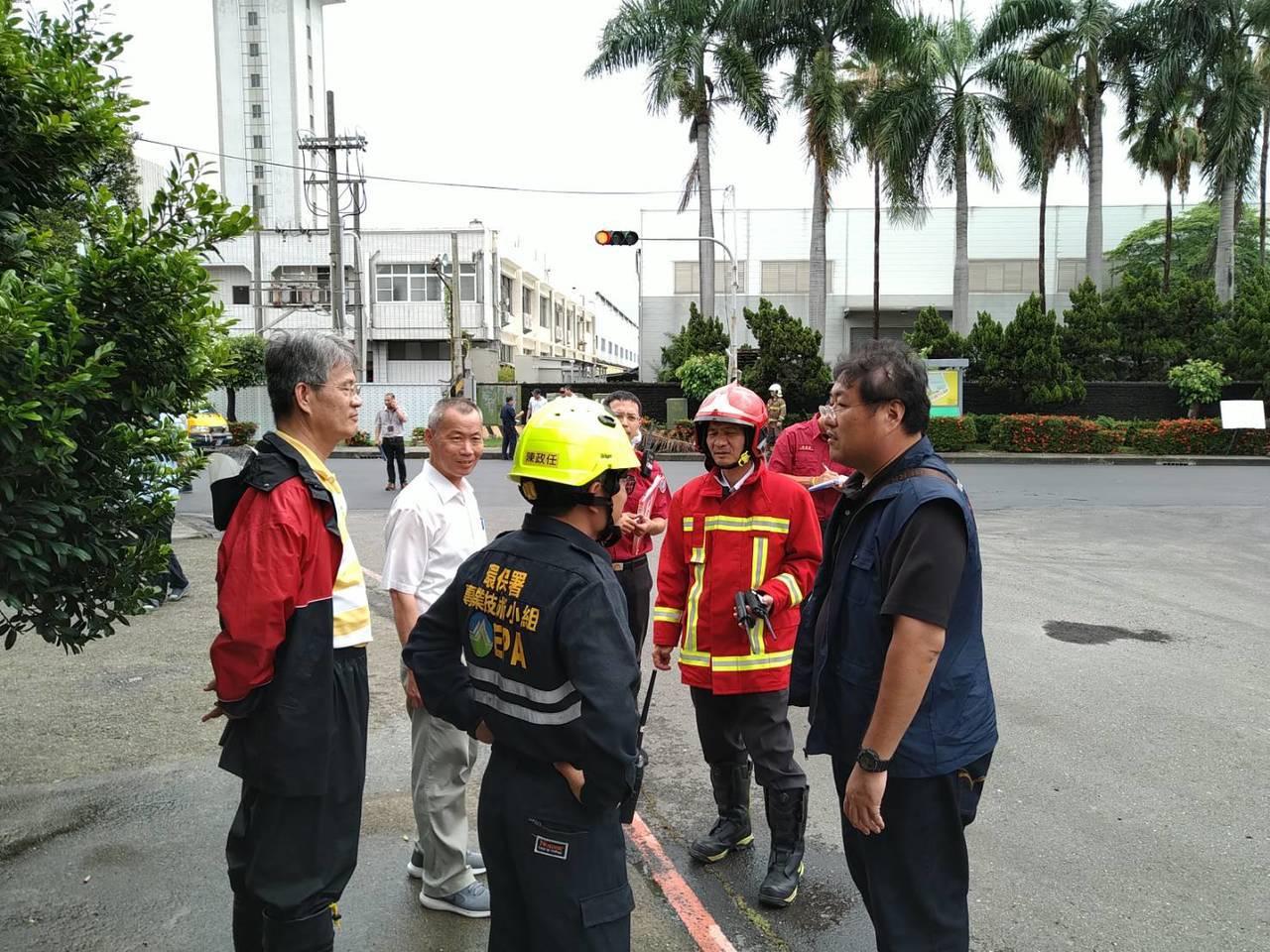 永康工業區毒氣外洩 ,消防隊員警戒中。記者謝進盛/翻攝