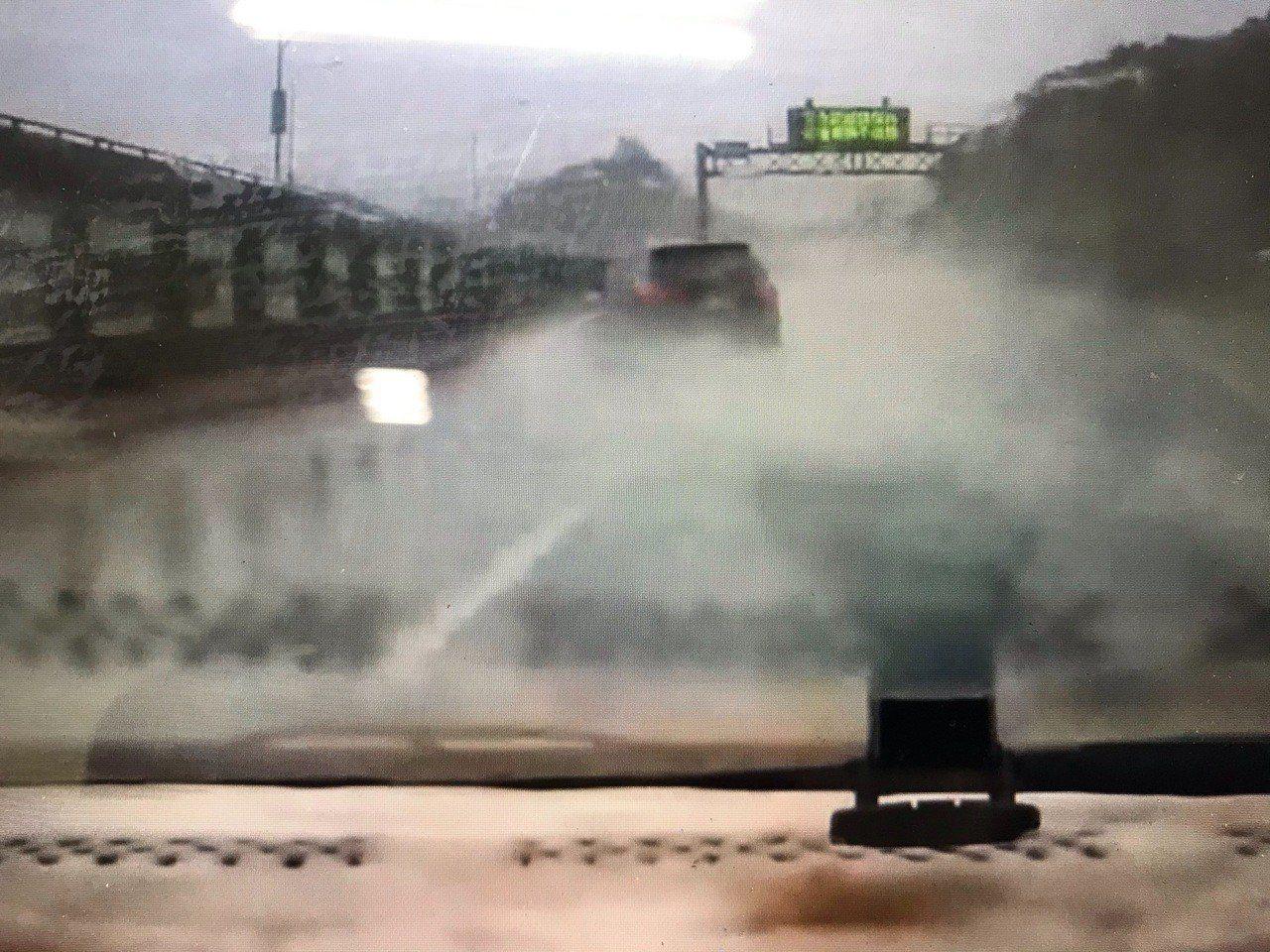 李姓男子清晨行經在中山高五堵路段,目睹前車打滑驚險畫面。圖/李姓讀者提供