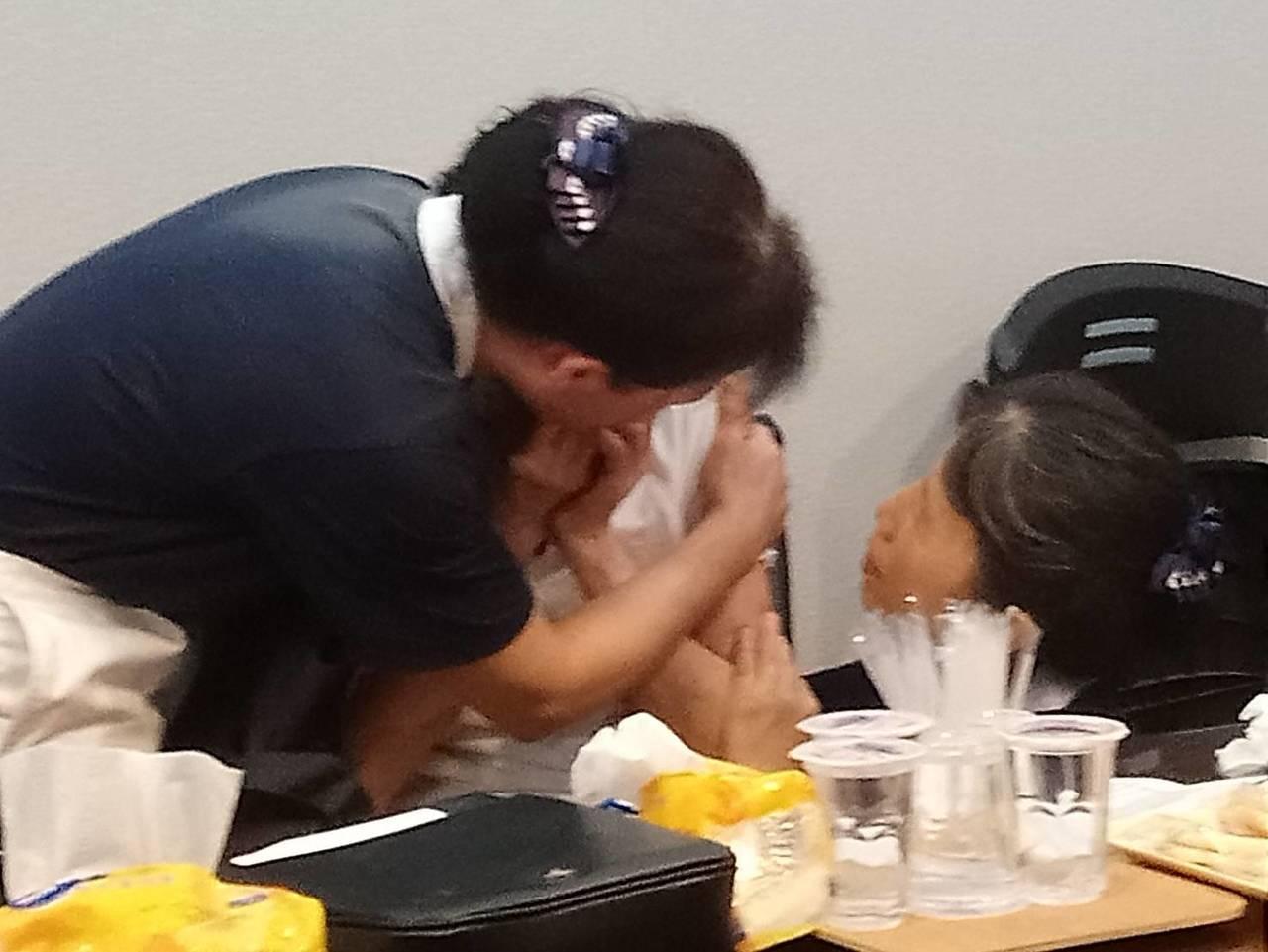 阿羅哈客運昨晚在中山高彰化戰備道發生翻車事故造成3死11傷,慈濟今天動員40位志...